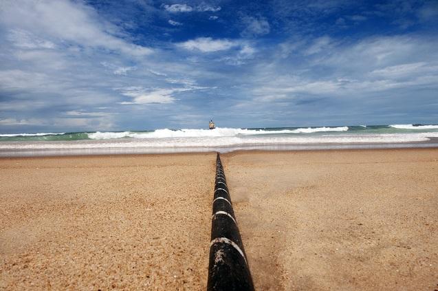 Cuando el cable llega a la costa, se entierra y para eso se debe buscar una zona adecuada.