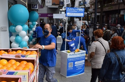 Avanza Fibra abre tienda en Alcorcón regalando naranjas y limones.