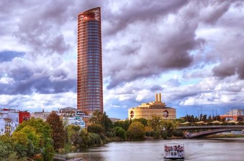 Torre Sevilla instala un repetidor de telecomunicaciones en su rascacielos.