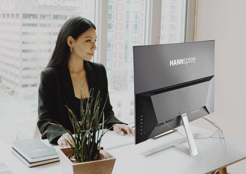 Una persona usa un monitor de Hannspree.