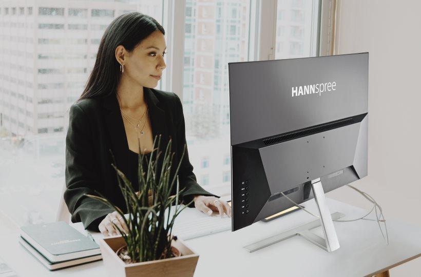Una persona usa un monitor de Hannspree