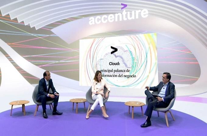 Cristina Álvarez, CTO Global de Banco Santander, flanqueada por Bruno Chao, Managing Director de Accenture, y Fernando Lucero, CIO de Iberdrola.