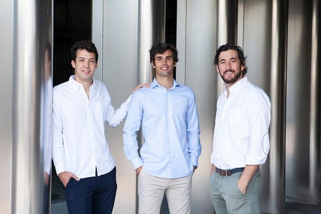 Pablo Estévez (izda) y Jaime Navarro  (dcha), cofundadores de GUS, e Ignacio Diego (centro), country manager en España.