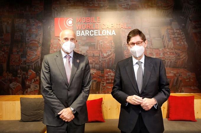 El CEO de Mobile World Capital Barcelona, Carlos Grau, y el presidente de CaixaBank, José Ignacio Goirigolzarri