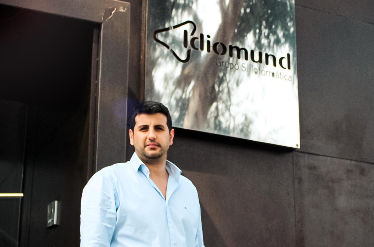 Albert Guijarro, por fuera de las oficinas de Idiomund en Blanes, Gerona.