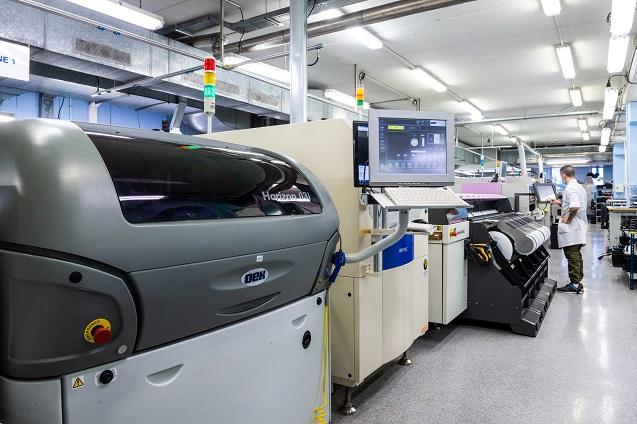 Teltronic empieza a fabricar equipos electrónicos.