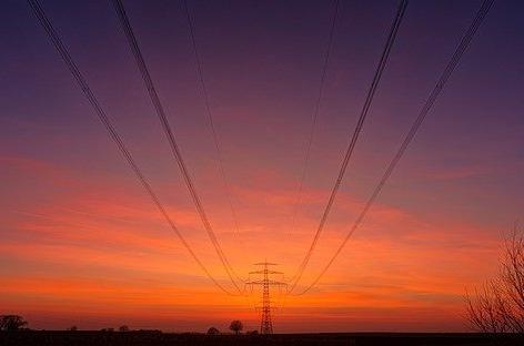 Red Eléctrica prueba la viabilidad de burbujas de conectividad vía satélite en apoyos de alta tensión.