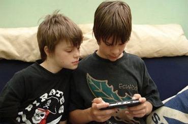 Dos niños juegan en casa.