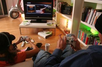 Dos personas juegan en el salón de su casa.