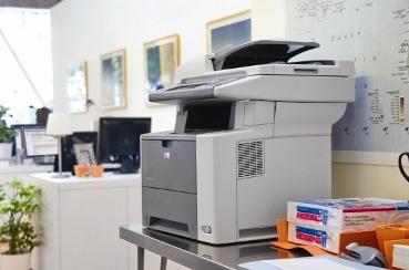 Impresora en un entorno de oficina.