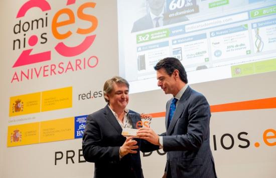 (De izquierda a derecha) Faustino Jiménez, CEO de Arsys, recibe el premio de la mano de José Manuel Soria, ministro de Industria.