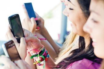 Jóvenes comunicando por el móvil.