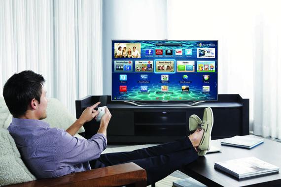 Un usuario ve la tele a través de una smart TV.