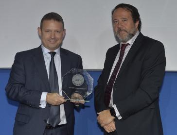 Carlos Von Prabucki de Atos recibe el premio de la mano de Markel Gruber de Global Switch.