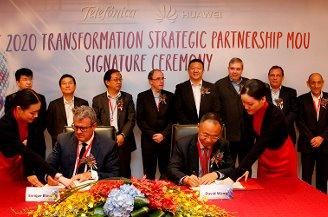 David Wang, presidente de la Línea de Productos Wireless de Huawei, y Enrique Blanco, CTO de Grupo Telefónica, durante la firma del memorando de entendimiento (MoU) el pasado mes de noviembre.