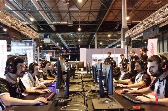 Jugadores en una feria de gaming.