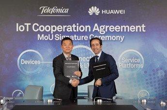 Patrick Zhang, presidente del Departamento de Marketing y Soluciones de Huawei, y Vicente Muñoz, Chief IoT Officer del Grupo Telefónica, durante la firma del memorando de entendimiento (MoU)