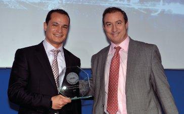 Pep Alfonso Gúzman, de Seat, recogiendo el premio al Proyecto de CPD del año de una empresa privada de 2016. Se lo entregó Marcos Sanz de CommScope.