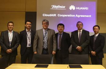 Enrique Blanco Nadales, Global CTO of Telefónica Group, y Zhou Yuefeng, CMO of Huawei Wireless Product Line, durante la firma del Memorando de Entendimiento
