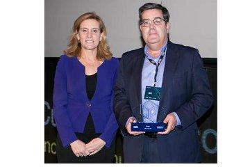 Marta Martínez, de IBM, premia a Juan Manuel Robles, de Arsys