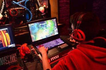 Un gamer juega con un portátil de MSI.