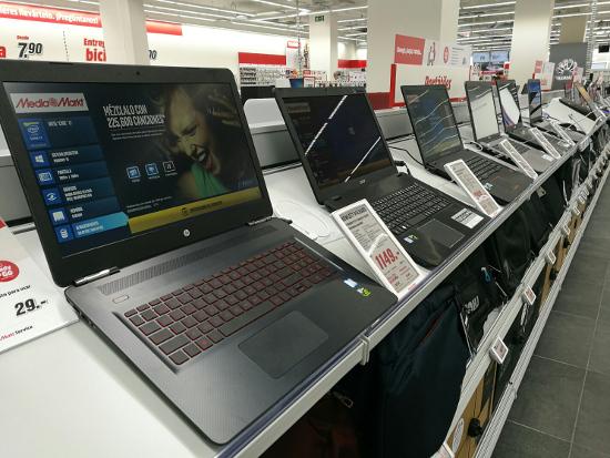 Portátiles expuestos en una tienda de MediaMarkt.