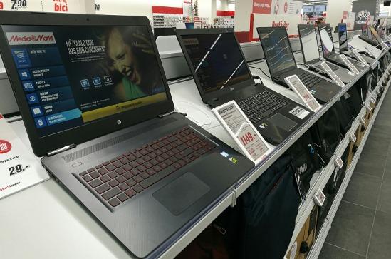 Portátiles en una tienda de informática.
