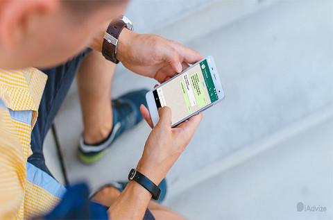 Un usuario envía mensajes a través de WhatsApp.