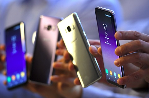 Smartphones exhibidos en una feria.