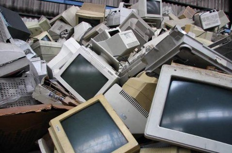 Equipos obsoletos listos para reciclar.