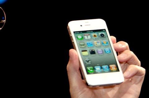 Steve Jobs muestra un iphone,