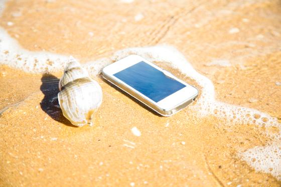 Smartphone en una playa.
