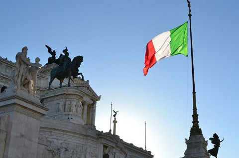 Bandera italiana ondeando en Roma.