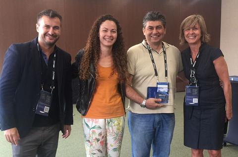 Margarita Sanz, a la derecha, entrega el premio de partner del año de VMware a Iecisa.