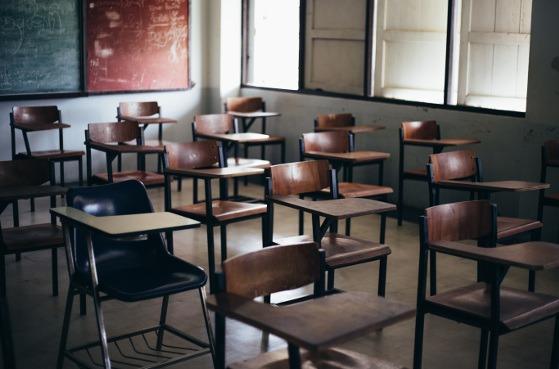 Pupitres en un colegio.