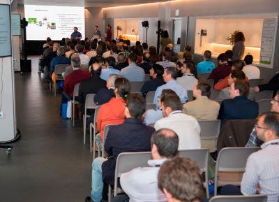 La sala de conferencias del Wanda Metropolitano en un momento de la ponencia ganadora de Irontec.