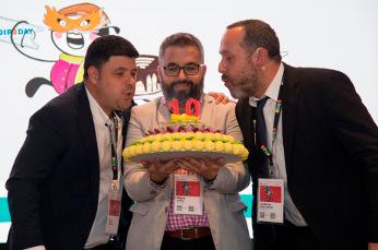 Nacho Cabrera, de USA VoIP y Miguel Anillo y Guillermo Ruiz, de Avanzada7, soplan las velas del décimo aniversario de VoIP2DAY en el acto de clausura.