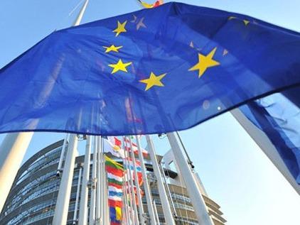 Bandera de la Unión Europea ondeando.