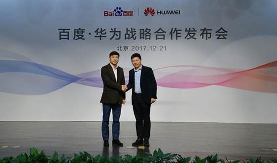 Richard Yu, consejero delegado de Huawei Consumer Business Group (a la derecha de la imagen), y Robin Li, consejero delegado y presidente del grupo Baidu (a la izquierda), anuncian un acuerdo integral de colaboración estratégica.