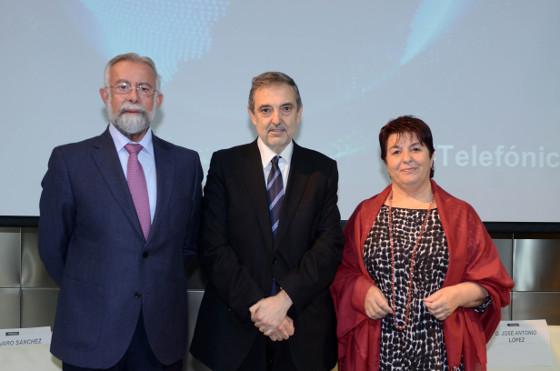 El alcalde de Talavera de la Reina, Jaime Ramos Torres; Luis Miguel Gilpérez, presidente de Telefónica España, y la alcaldesa de Segovia, Clara Isabel Luquero de Nicolás