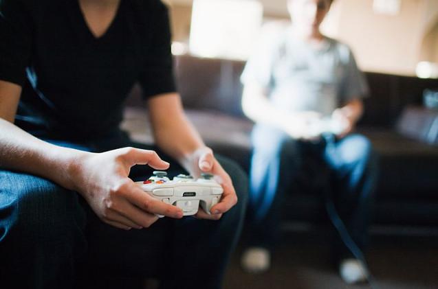 Una persona juega en casa.