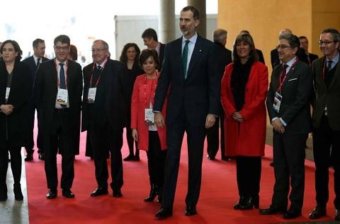 El Rey Felipe VI durante el MWC junto a Santamaría, Colau, Enric Millo y el ministro Álvaro Nadal. (Efe)