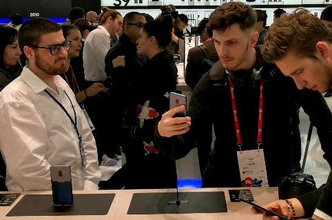 Usuarios probando el Samsung Galaxy S9 durante el MWC 2018.