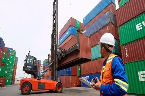 Movimiento de contenedores en un puerto.