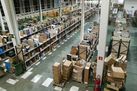 Zona de picking en el almacén de DMI en San Fernando de Henares, Madrid.