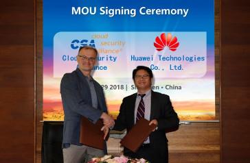 Jim Reavis, CEO de CSA, y Trevor Cheung, vicepresidente de Gestión de Ecosistemas de Servicios de Huawei, durante la firma del MoU.