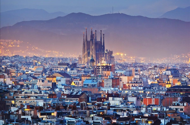 Vista general de Barcelona y la Sagrada Familia.