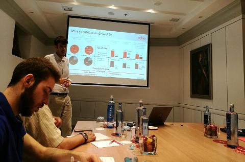 Fujitsu presenta su estudio de IA a la prensa en España.