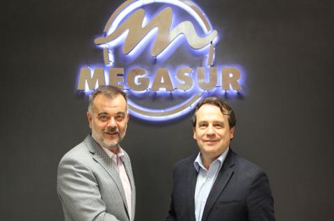 Firma del acuerdo entre Toshiba y Megasur.