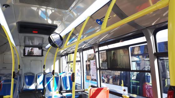 Telefónica y Avanza han instalado tres pantallas de TV 4K en uno de los autobuses de la Línea 1 de Segovia.